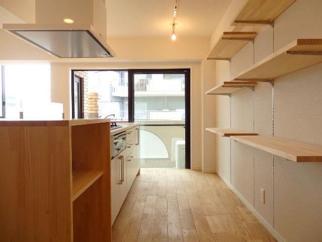 背面にも可動式の収納棚が。素敵な器やカゴを揃えて、見せる収納を楽しみましょう。