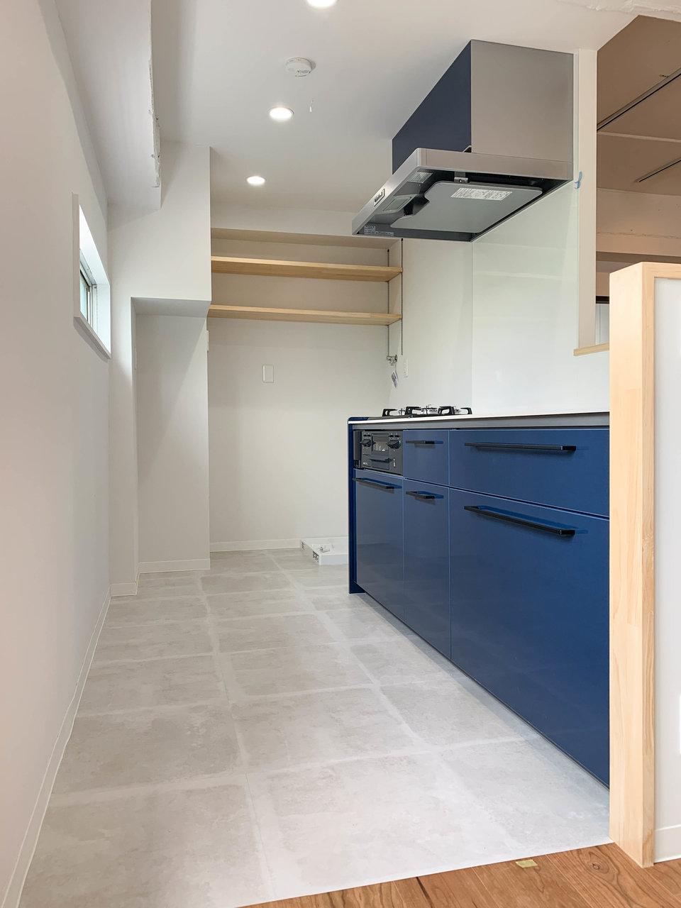 キッチンは床材が切り替わっていますね。シンクが広く、真っ白でキレイ。3口コンロ付きで全体的に幅もあって、作業がしやすそう。