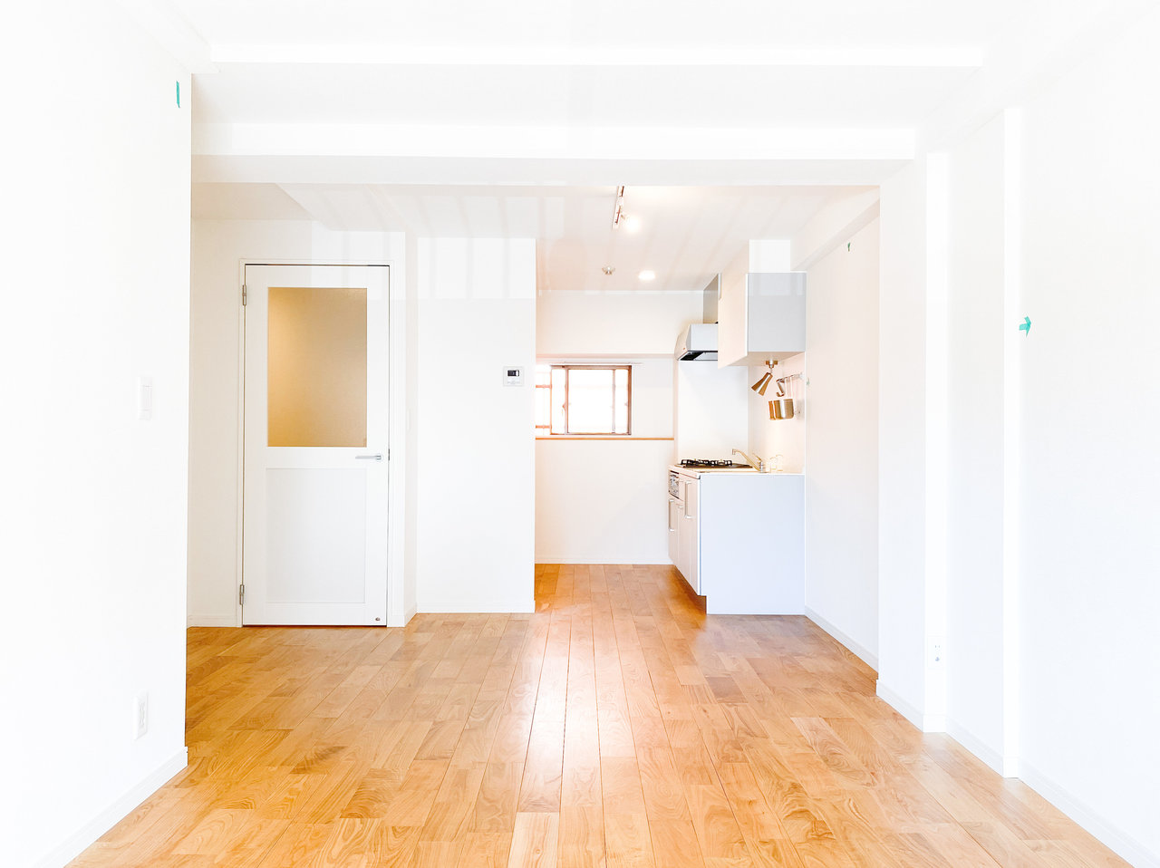 こちらは、グッドルームのオリジナルリノベーション「TOMOS」のお部屋です。白い壁と無垢床のコントラストが美しい。
