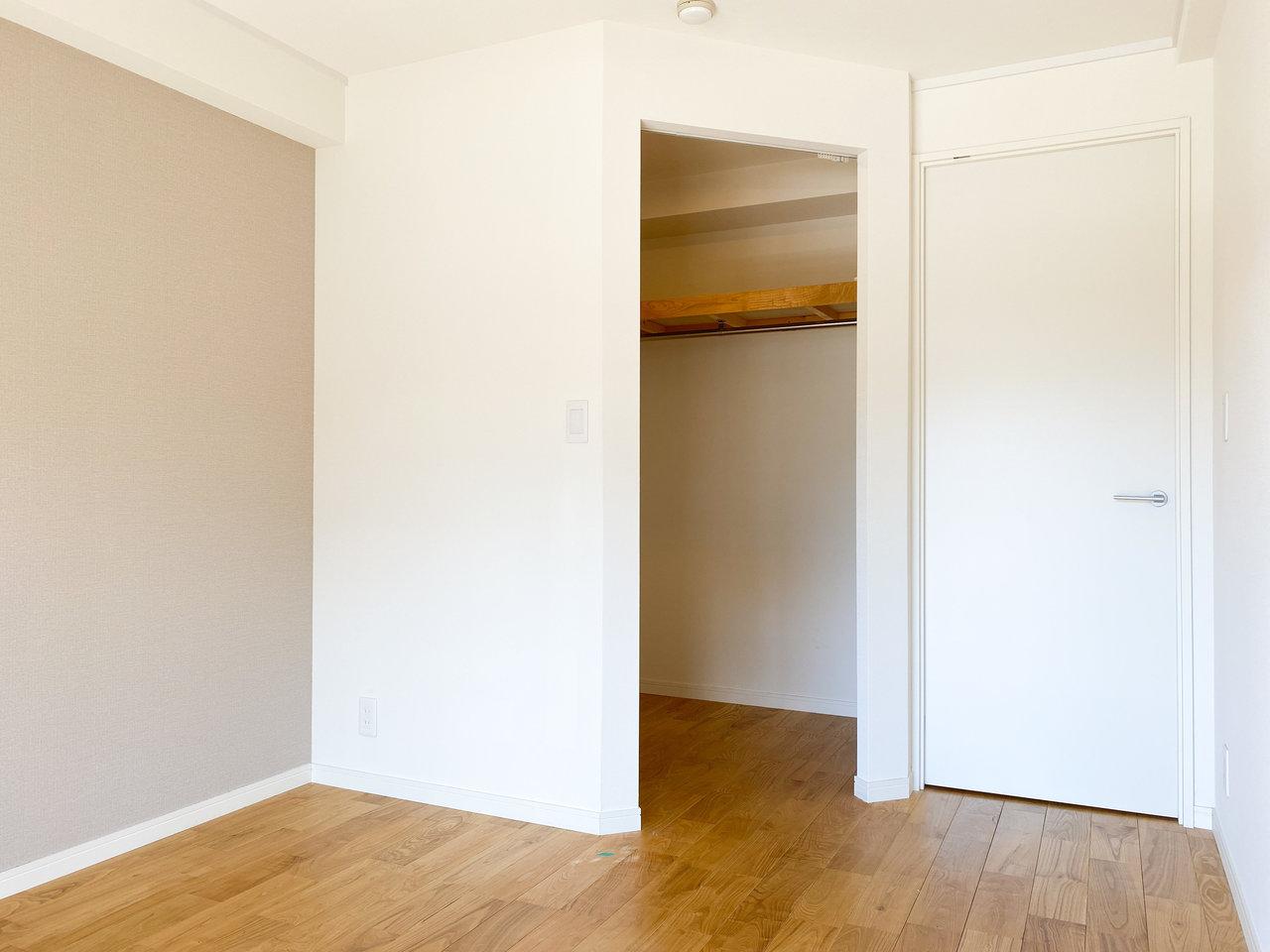 もう一方のお部屋は5畳。ウォークインクローゼットもあり、収納には申し分なさそう。
