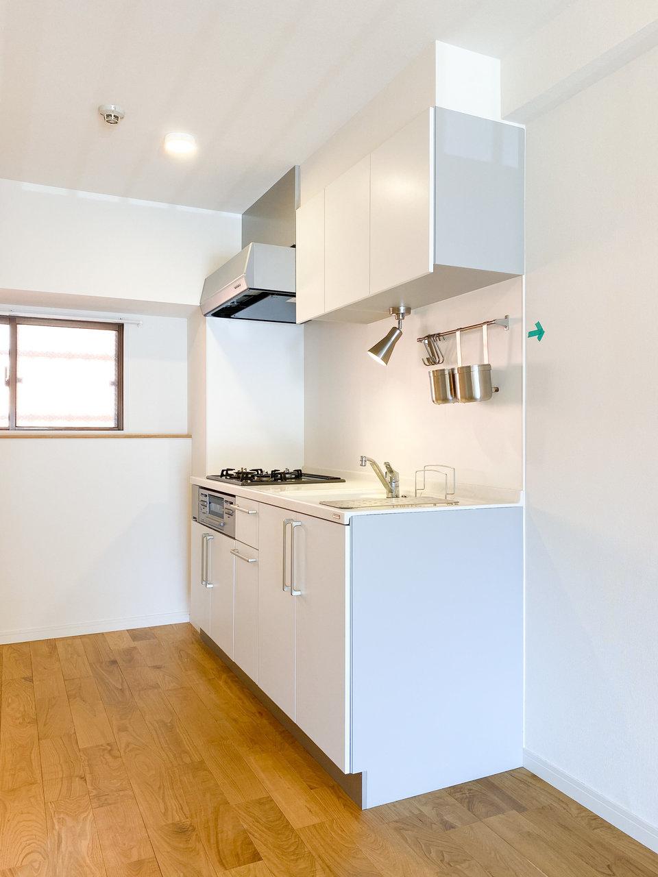 3口コンロ&グリル付きのキッチンは、背面にもスペースがあり、食器棚なども置けそう。二人で並んで料理してもいいですね。