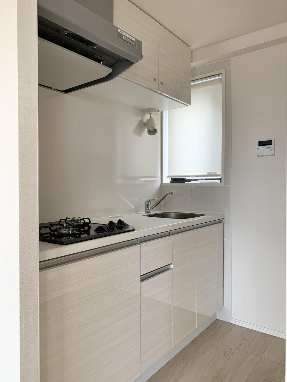 一人暮らしには十分過ぎる、きれいで清潔感のあるキッチン。小窓もついているので、換気もできますね。