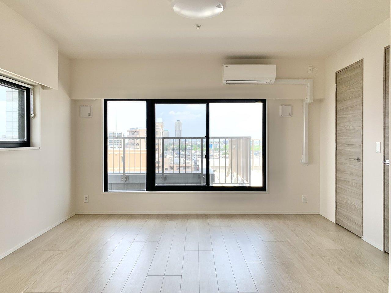 11.7畳のゆったりワンルーム。一人暮らしであれば、しっかりワークスペースも設けられそう。2面採光なので、昼間は電気をつけなくても明るいんです。