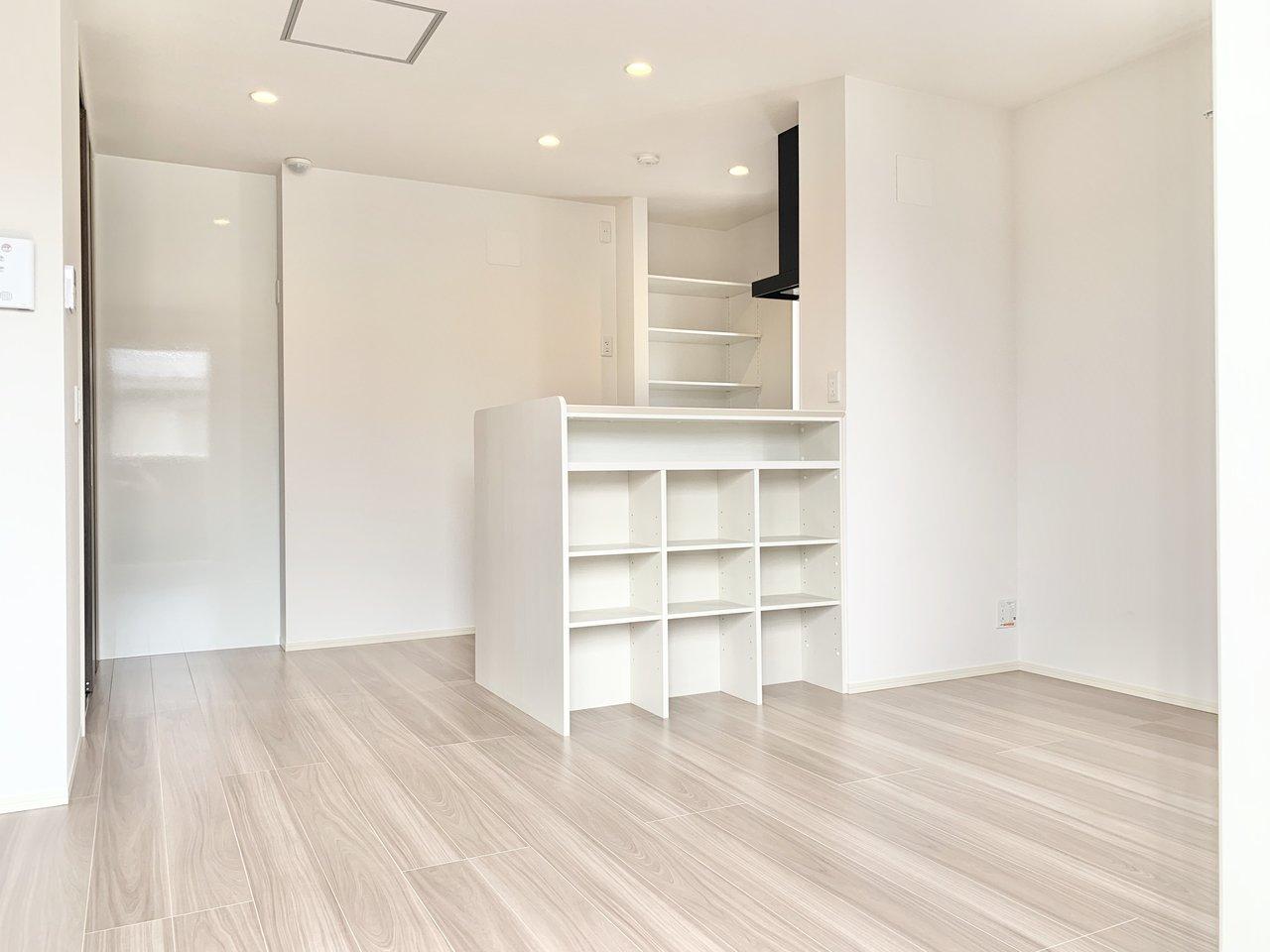 キッチンは対面式。収納棚もついていました。おしゃれな食器を並べたりしたくなりますね。