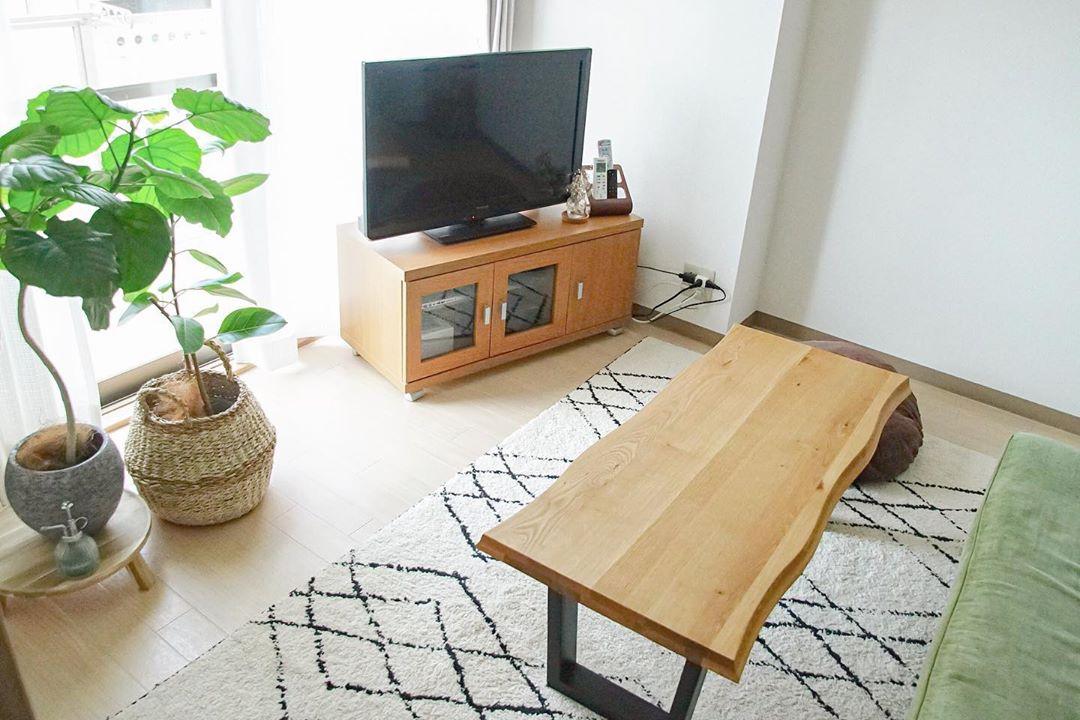 ソファに合わせたコーヒーテーブルは、ネットショップで購入。ただの四角いテーブルではなく、無垢板風のところがお気に入り。