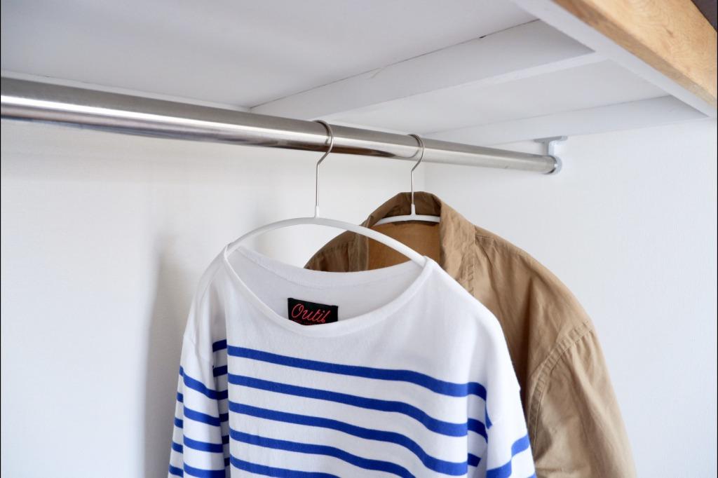 ゆるやかな曲線にお洋服も喜ぶ。「マワハンガー」でクローゼットの中をスッキリと整えよう。