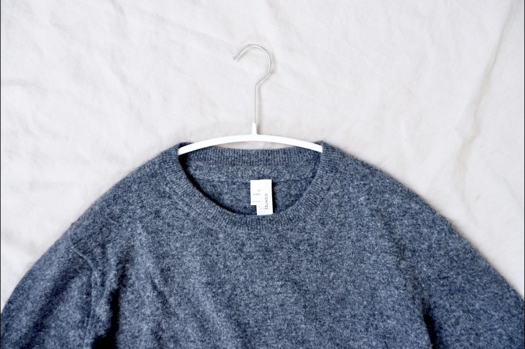 セーターを掛けてみました。肩部分に引っかかりもなく、見ているだけでも美しい……。