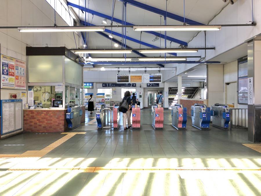 駅構内はゆったり。通勤時間と退勤時間には多くの人が行き交います。
