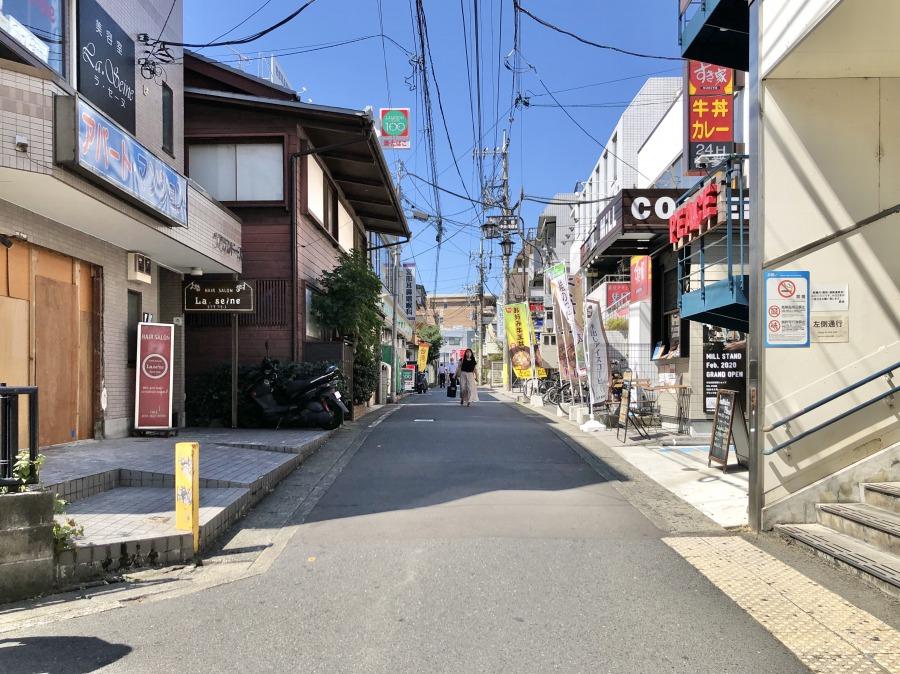 マツキヨを背にして、バスロータリー方面へと歩いていきます。通りにはすでにいろいろなお店が見えていますね。