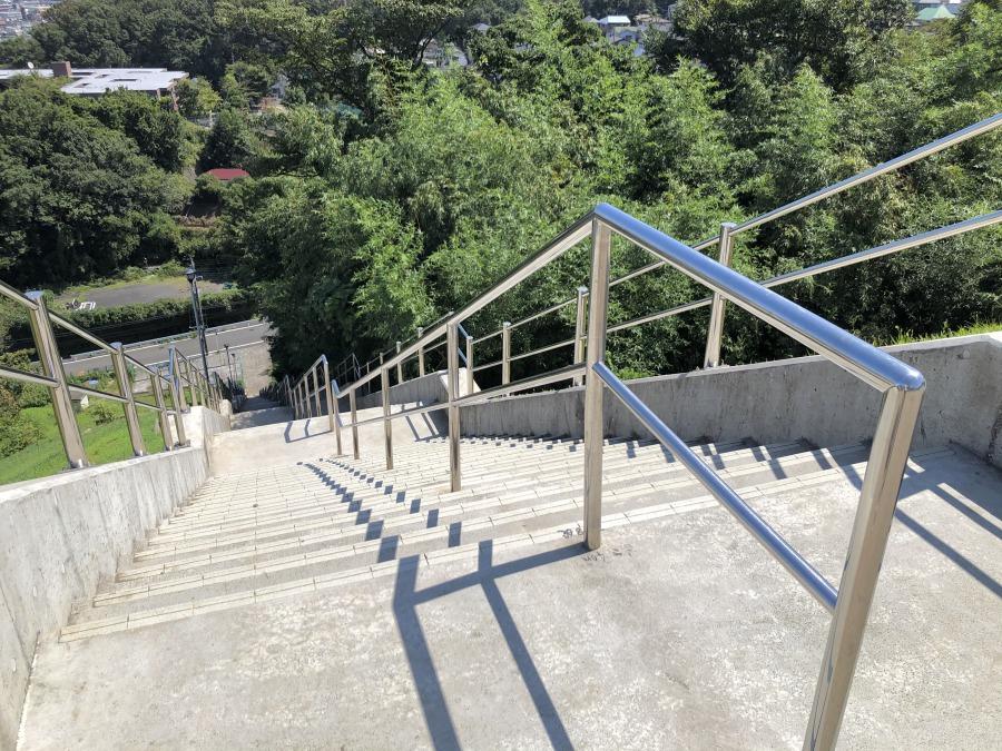 先ほどは遊歩道からやってきましたが、展望広場には階段から上ることもできます。