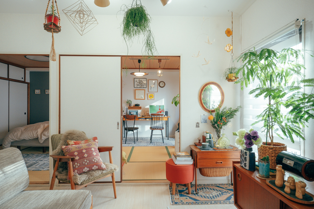 2LDKよりもさらに部屋数の多い、3DKのお部屋に住む方の事例。初めは和室が二部屋もあることに抵抗を感じていたそうですが、ワークスペースにするなどして工夫しながら暮らしを楽しんでいらっしゃいます。(参考記事:和室を書斎に大変身!カラフルな色合いと植物溢れる3DK二人暮らしのインテリア)