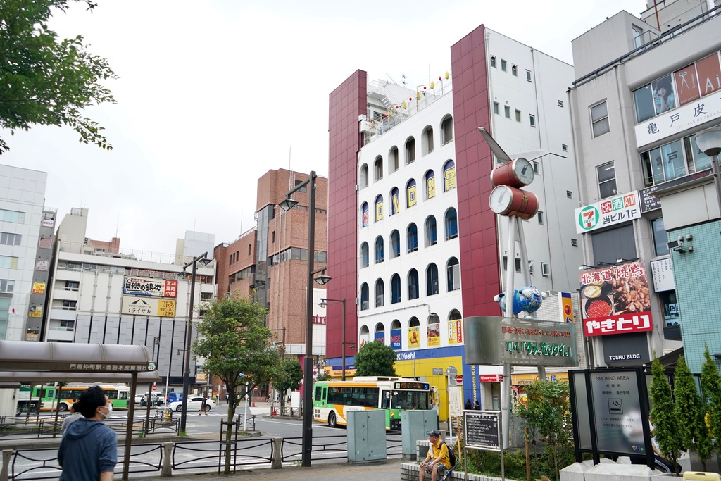 駅周辺は大きなビルが立ち並び、栄えている印象。コンビニや牛丼チェーン、居酒屋などの飲食店がたくさんあります。