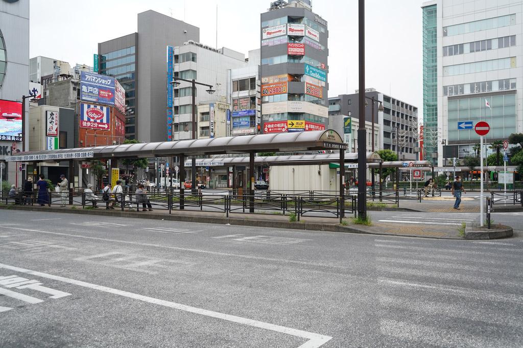 日暮里や三ノ輪方面に行くバスもあります。一番奥側のホームは都営新宿線が利用できる西大島行きです。