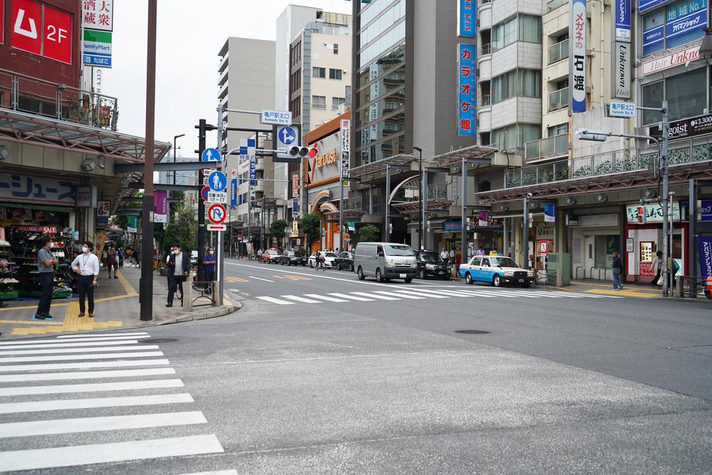 国道306号線沿いはアーケード街に。亀戸十三間商店街と呼ばれ、多くの人々が行き交っています。