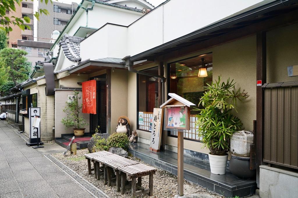 写真境内には「若福」という懐石料理店があります。梅とろろが名物なんだそうです。