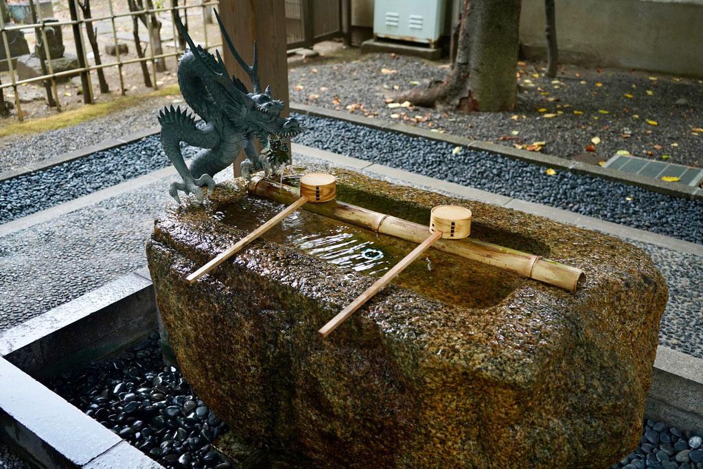 手を清めてから本殿の方に行きます。龍のモニュメントがカッコいいです。
