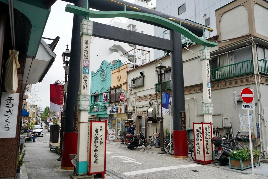 立派な鳥居ですね。この通りは勝運商店街といって、昭和30年を意識したレトロ商店街なのだとか。