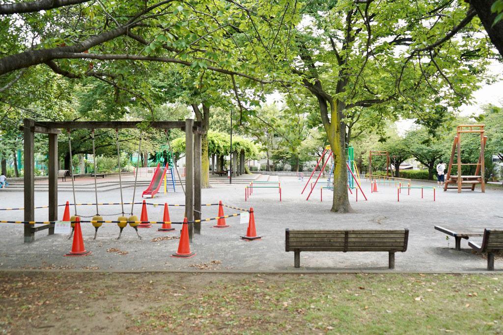 亀戸中央公園(C地区)。子供ものびのびと遊べる広さです。ファミリー層の方が多く、明るい笑い声にホッコリしてしまいました。