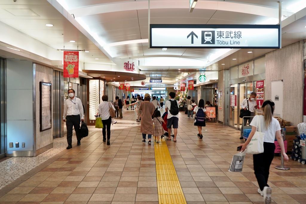 駅ビルがあるのでお買い物も楽々。構内は横幅もあり、歩きやすいです。東武亀戸線のホームとも直結していて便利なんです。