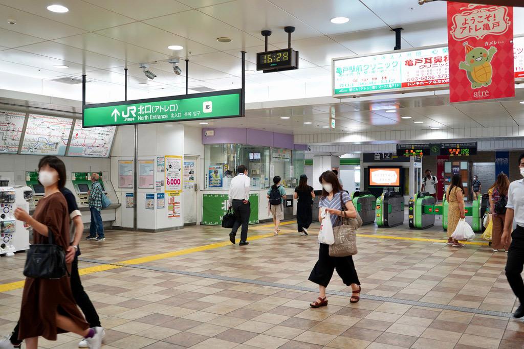 改札は1箇所のみです。2019年度における1日あたりの平均乗車人員は57,643人。山手線が通っている大塚駅の次くらいの規模なのだとか。