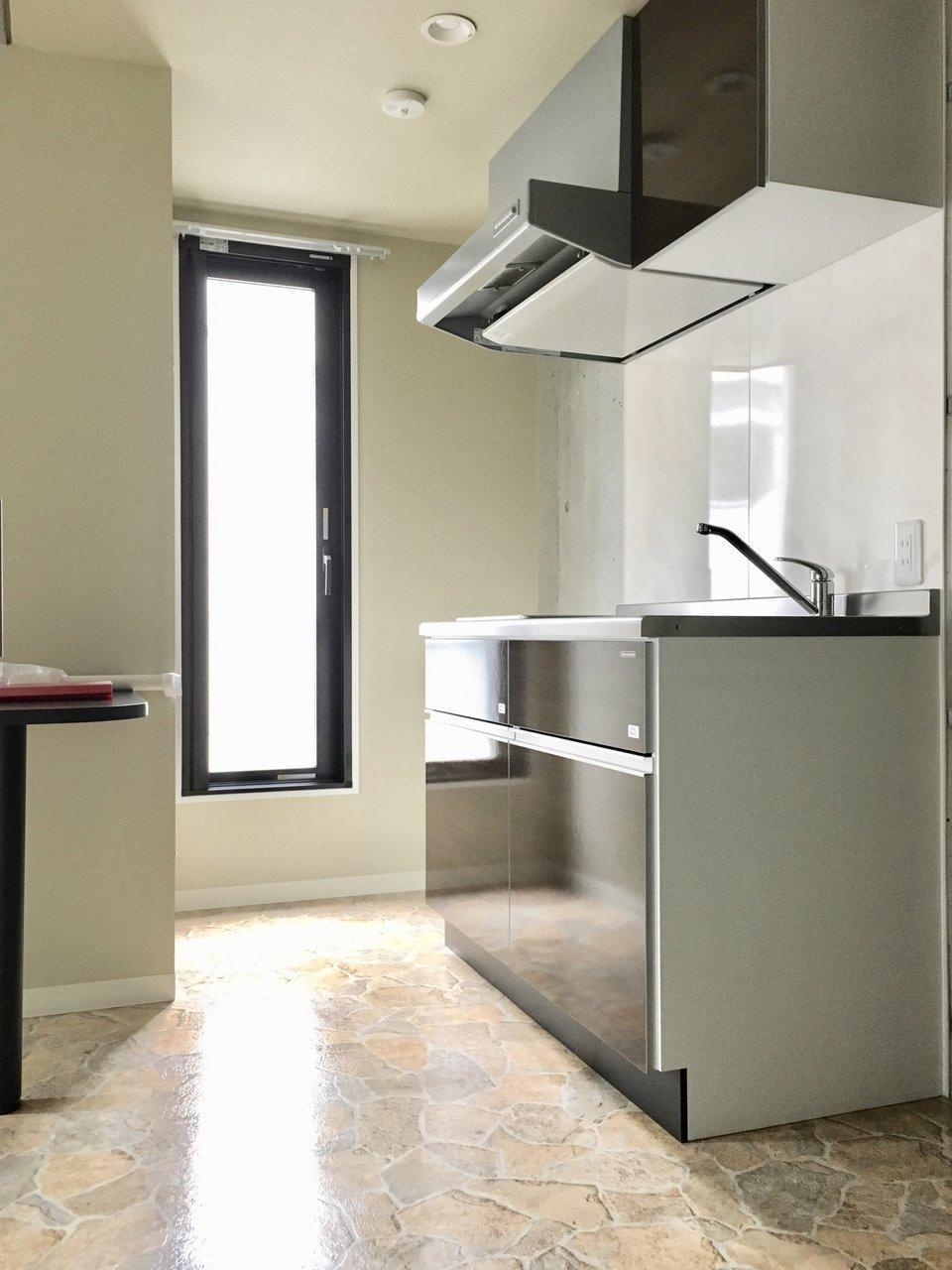 キッチンにも窓が付いていて明るいですね。背面にはカウンターデスクもついているので、食事をしたり、仕事をしたりできそうです。
