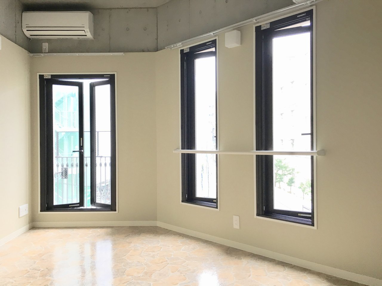 少し変わった台形の間取り。窓が3枚あるので、室内の明るさは十分です。