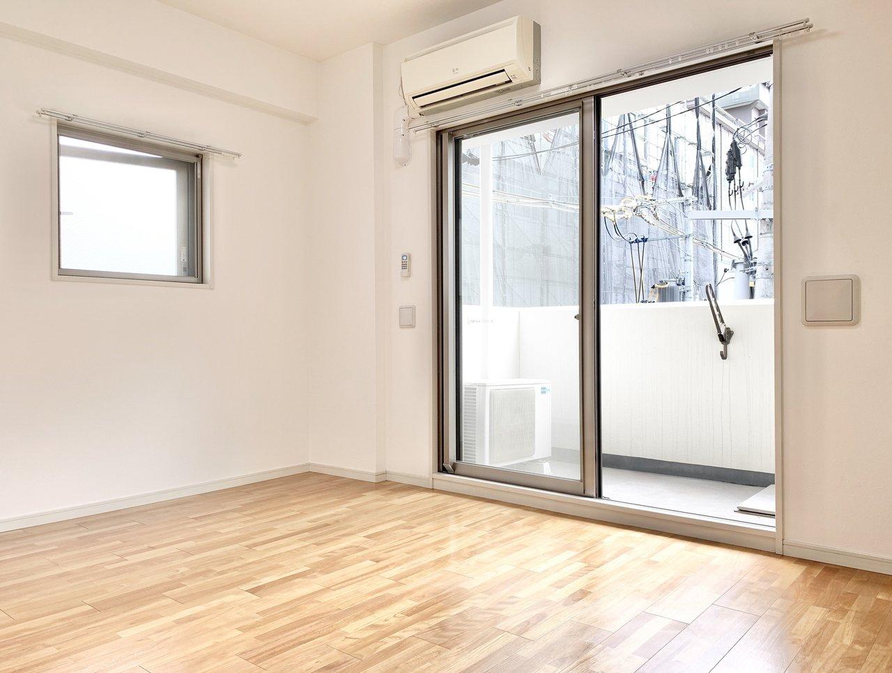 駅から徒歩1分。少し余裕のある7.3畳のお部屋は、角部屋のため2面採光です。