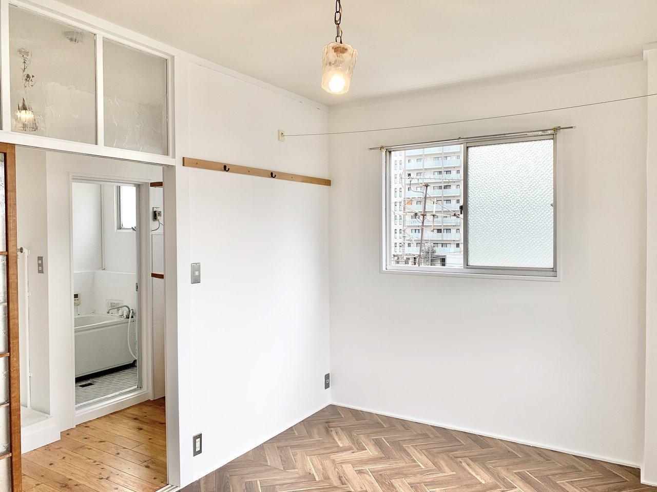 ヘリンボーン&無垢床がお迎えしてくれる、1DKのお部屋。アンティークなインテリアがよく合いそう。