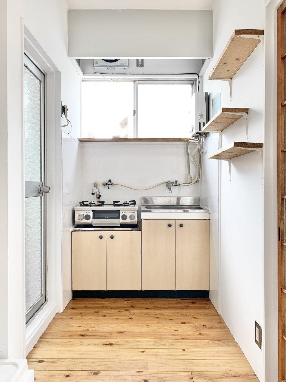 キッチンにも窓が付いていて、気持ちよく料理ができそうです。作業スペースがないので、背面に小さなカウンターをDIYしたら、このお部屋への愛着も一層わきそう。