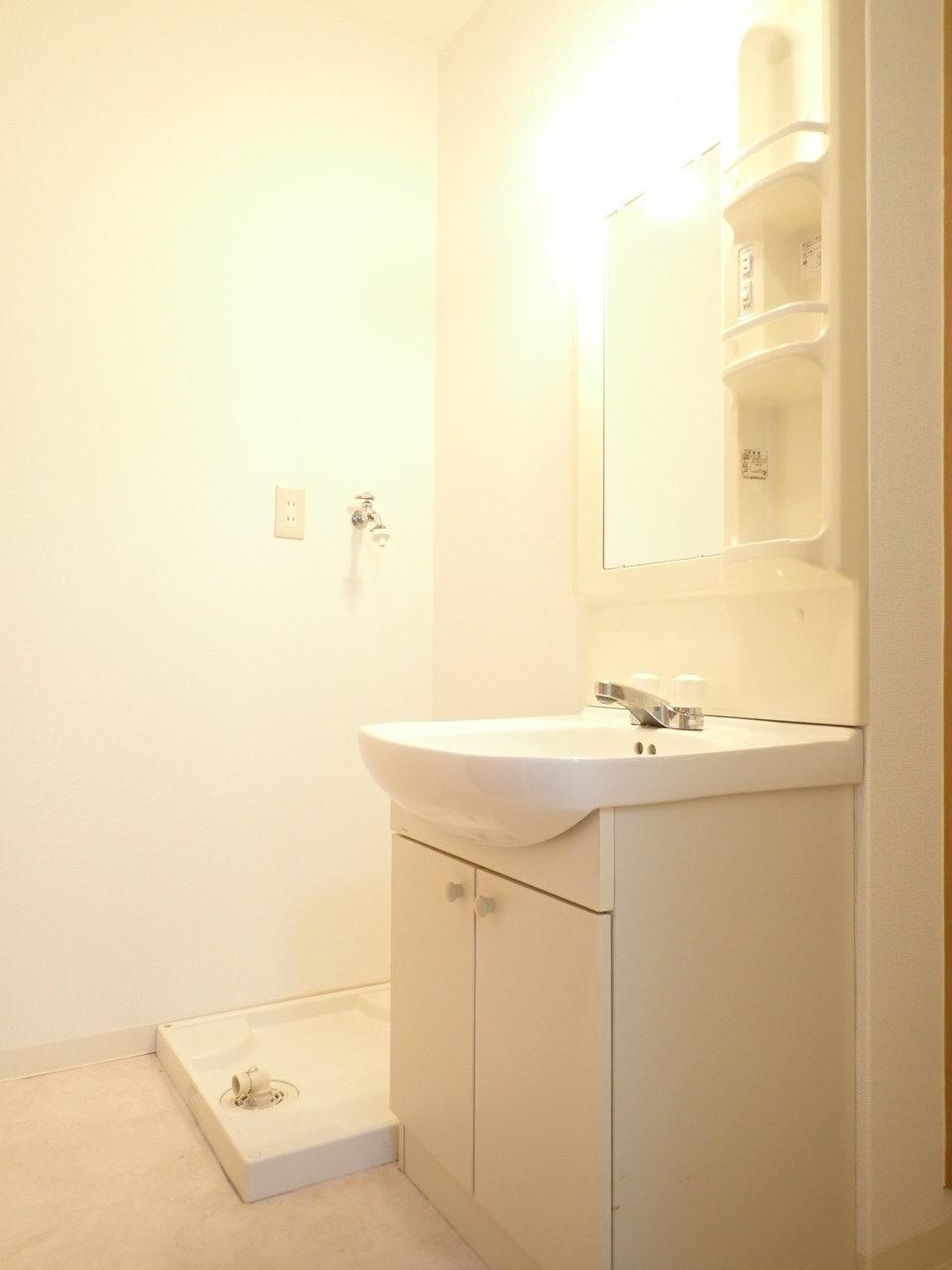 独立洗面台もあって、うれしいですね。一人暮らし、ぜいたくに空間を使ってください。