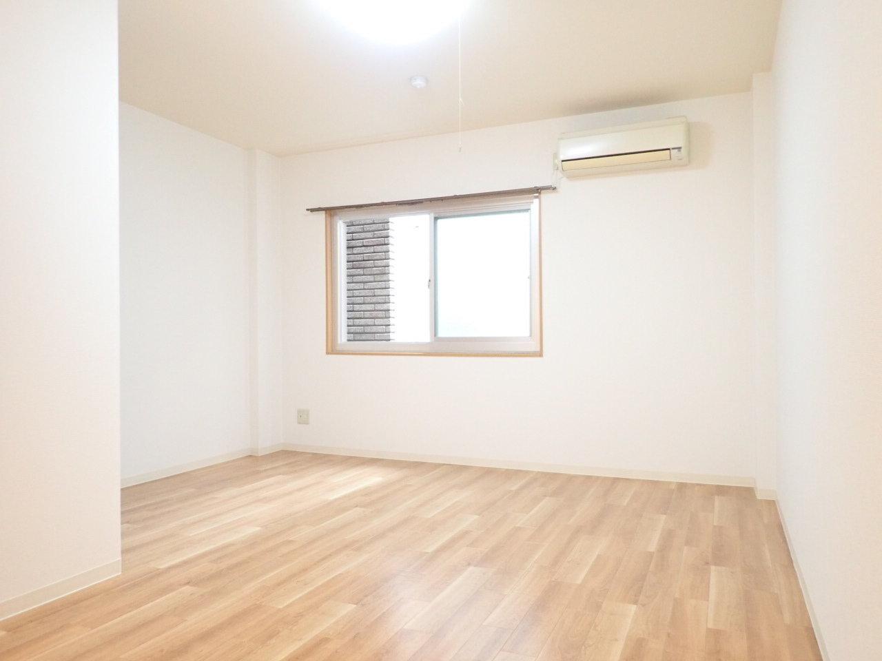 お部屋はベッドを置いてもまだまだ余裕のある広さ。ソファやテーブルにもこだわってみてください。