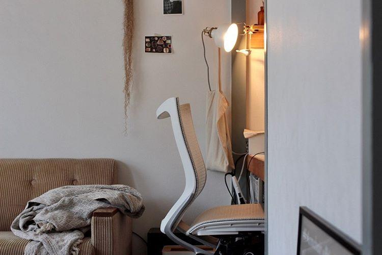 コンパクトなスペースなので、照明はクリップ型のものを使っています。左右を壁に囲まれたスペースでも活用できそうなアイディアですね。(このお部屋をもっと見る)