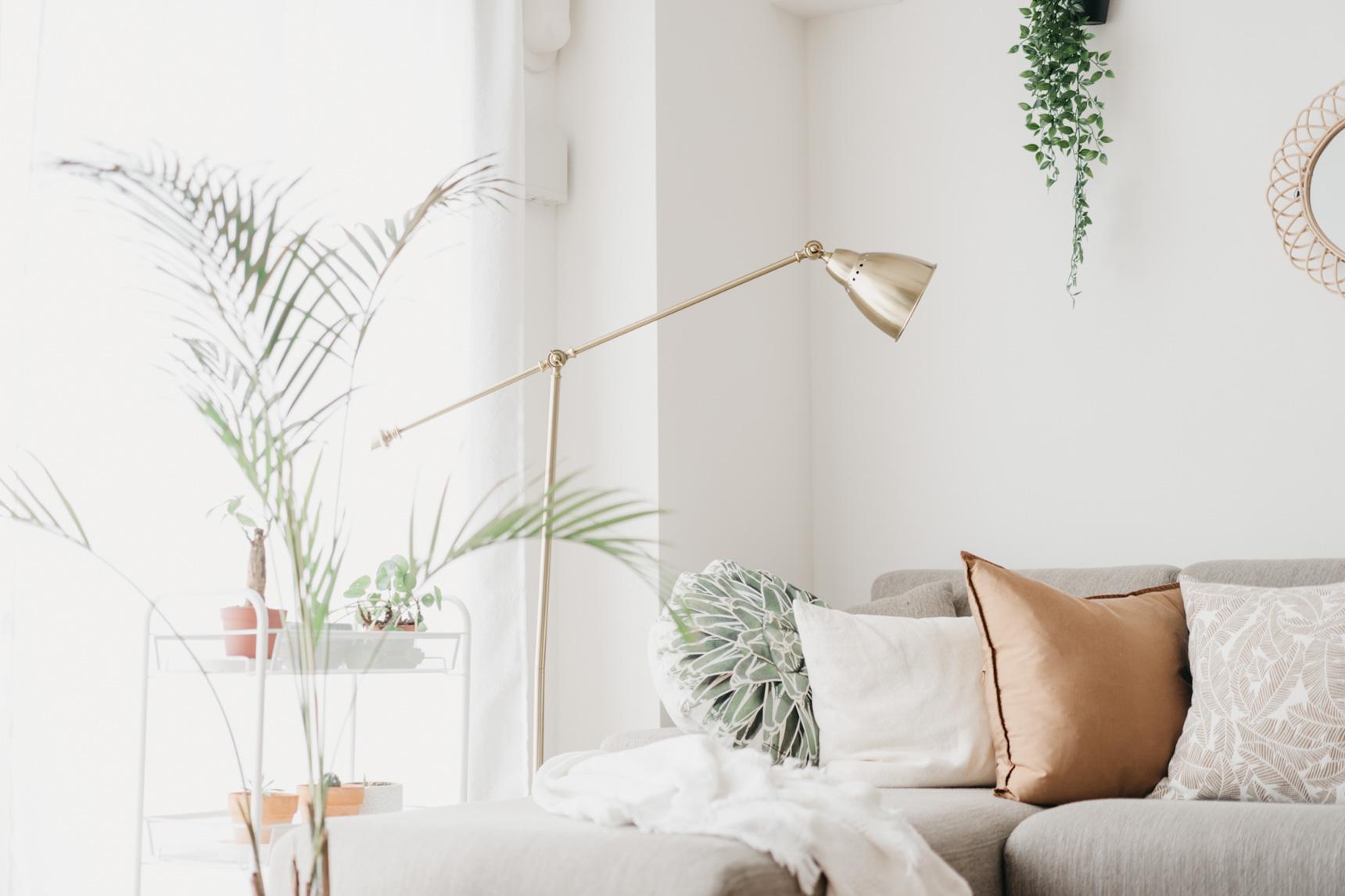 ゴールドで細身のデザインがお部屋全体のイメージとよく合っています。フロア置き型タイプの照明はサイズも大きくなりがちなので、部屋のテイストと合わせて形や色を選ぶことが大事なのですね。(このお部屋をもっと見る)