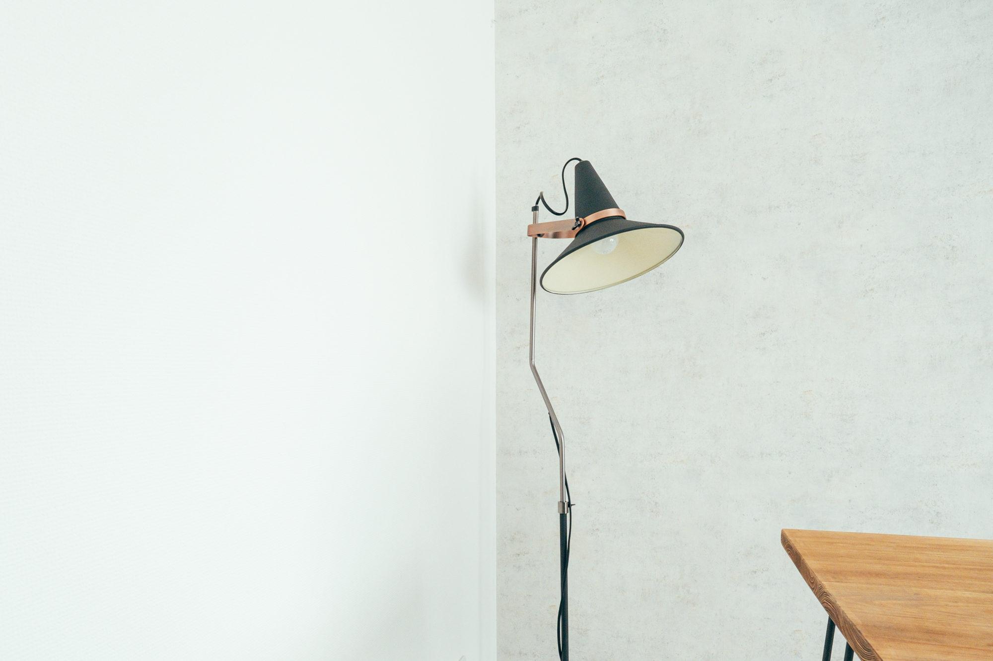 フロアランプはDI CLASSEのフロアライト(studio D)を使っていらっしゃいます。華奢で魔女の帽子のような遊び心のあるデザインが魅力。(このお部屋をもっと見る)
