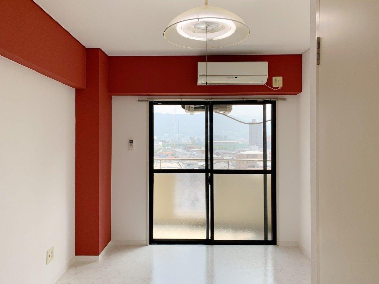 赤のアクセントカラーがインパクト大のお部屋。