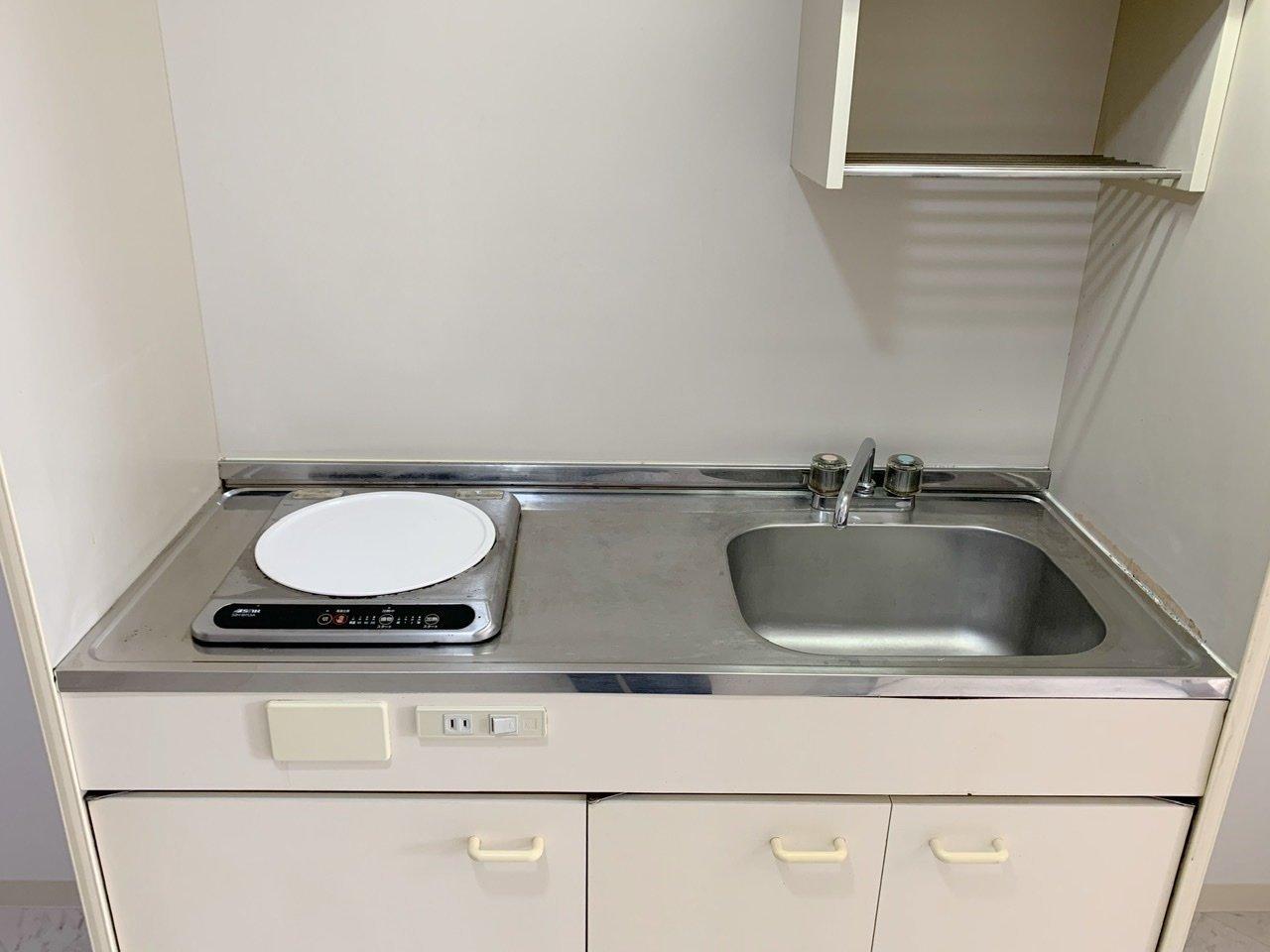 キッチンや、クローゼットドアなどの建具も白。水回りは3点ユニットで少しコンパクトですが、その分家賃はリーズナブルですよ。