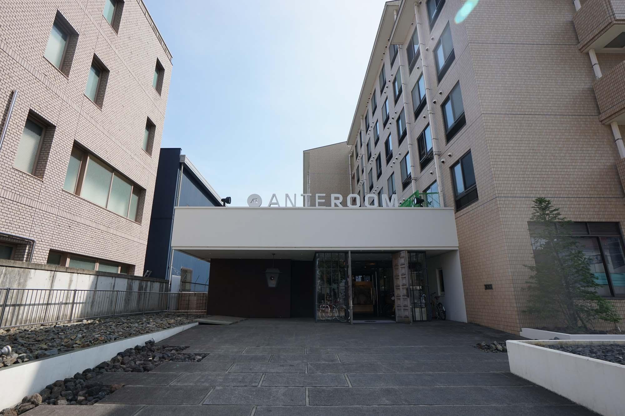 京都駅からわずか1駅の地下鉄九条駅から、歩いて6分ほど。住宅街の中に位置するホテルです。ホテルの隣には、アパートメントも併設しています。