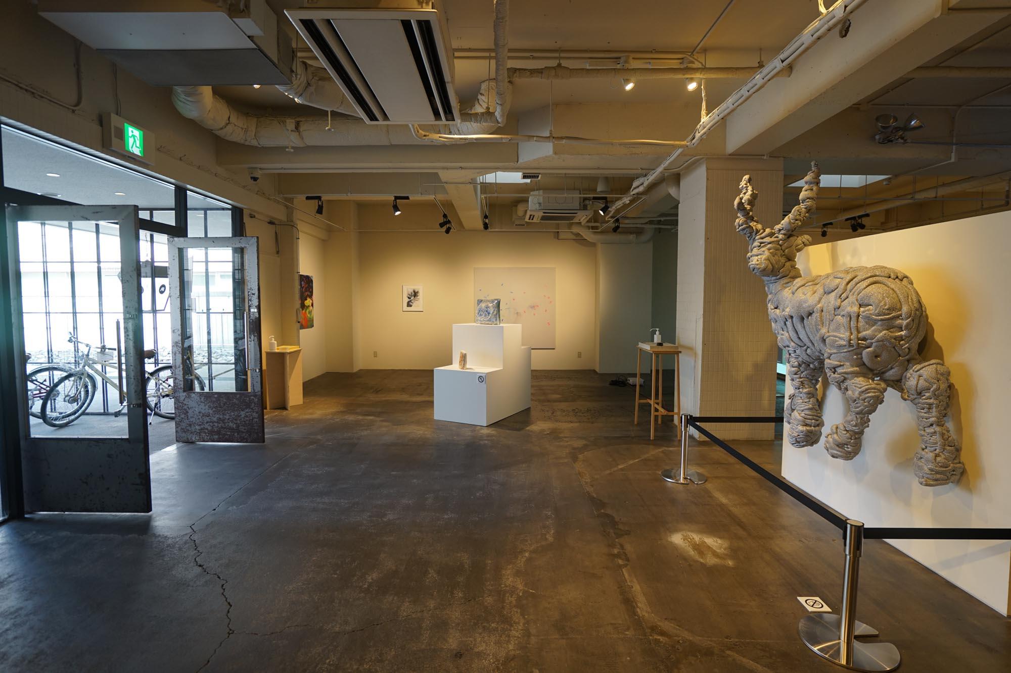 エントランス正面には、大きなアート作品がお出迎え。ギャラリースペースとなっていて、定期的に作品が入れ替わります。