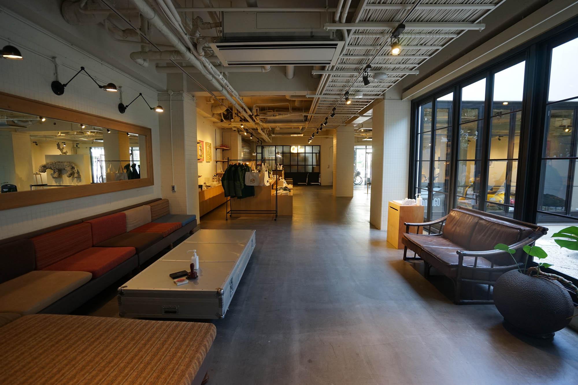 1階のロビーはとても広々としていて、洗練された雰囲気です。