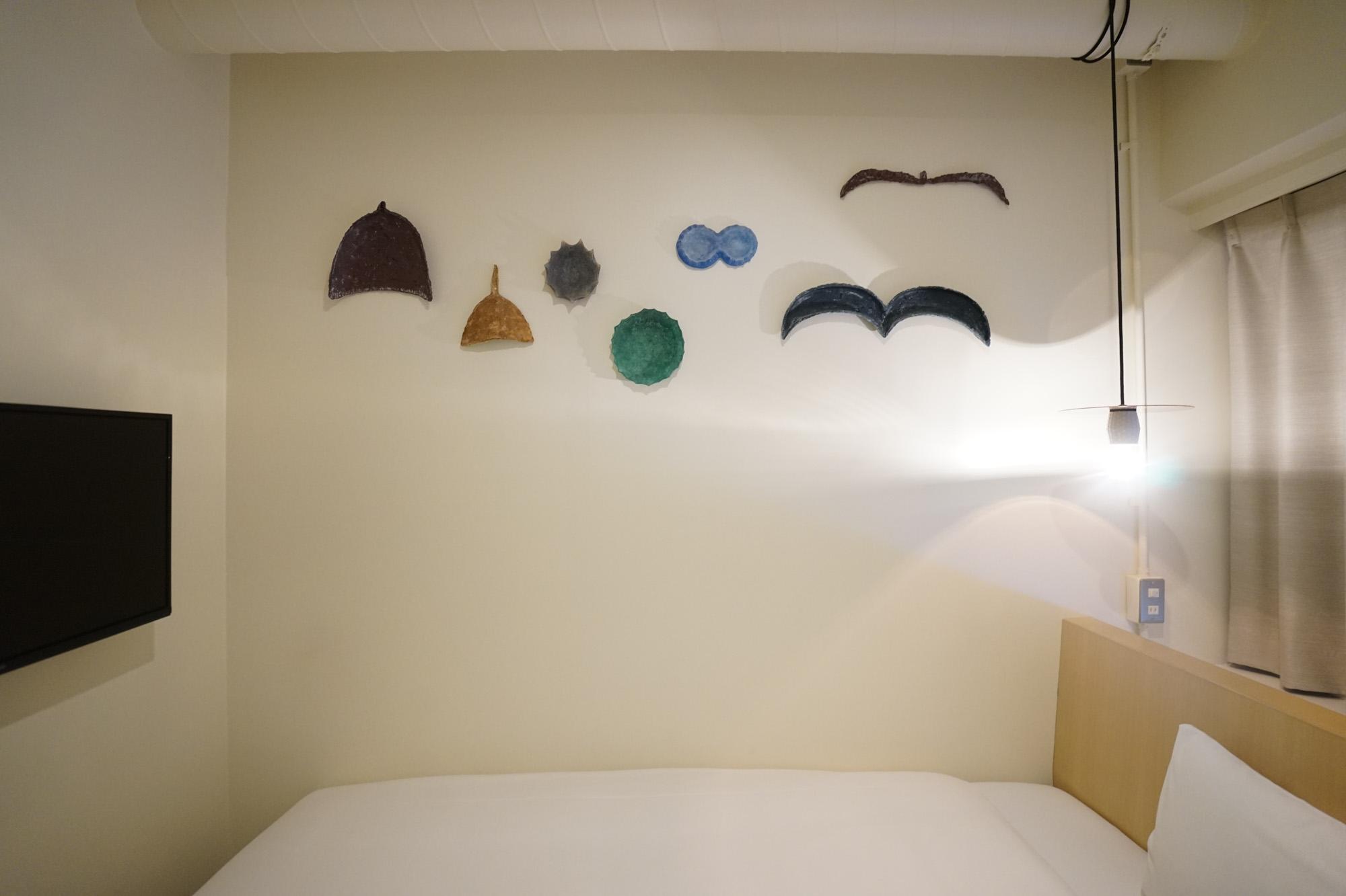 各部屋にそれぞれ異なるアート作品が飾られています。