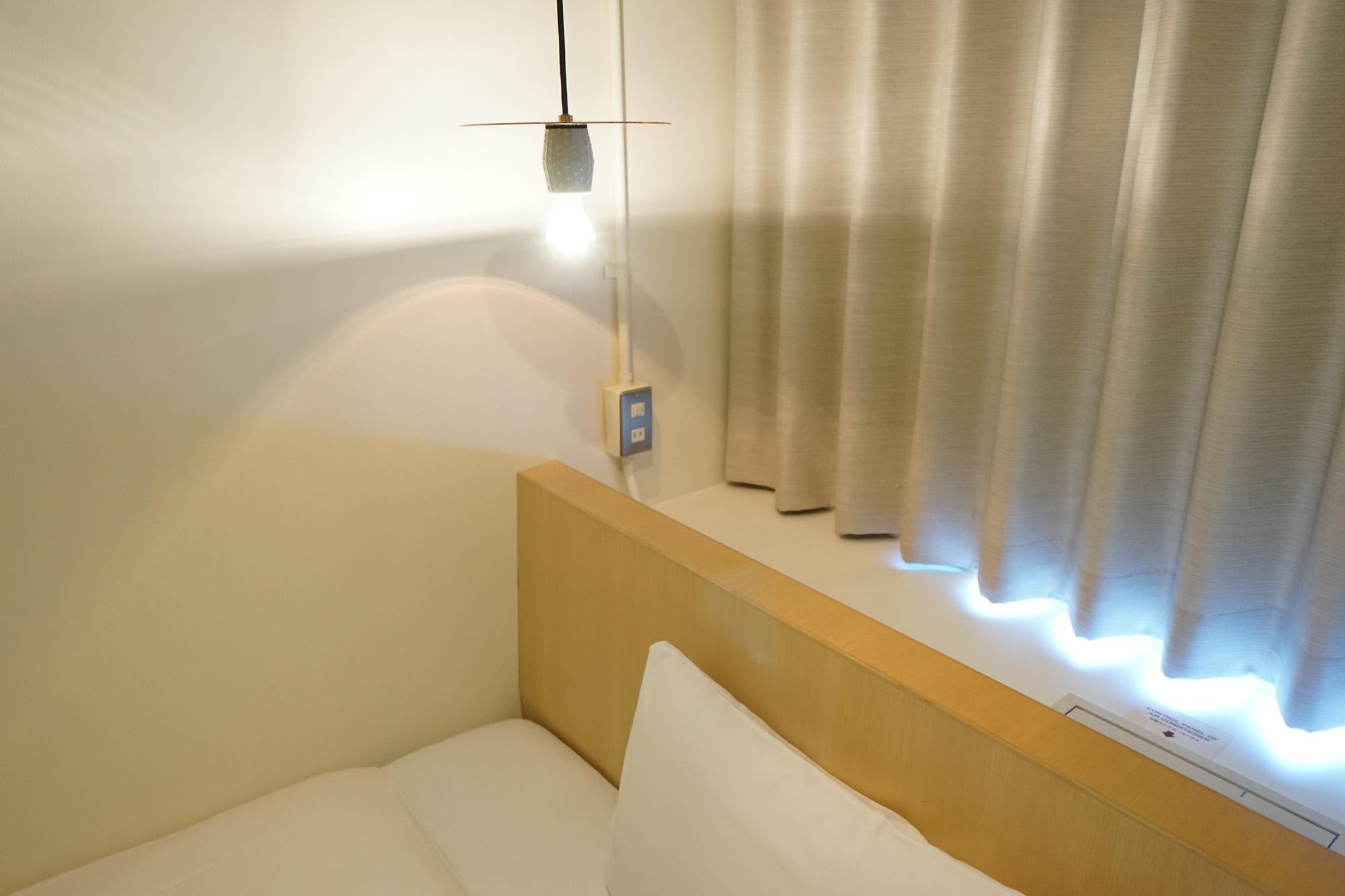 シンプルなリノベーションながら、必要なものはきちんと揃っています。枕元にライトとコンセント。