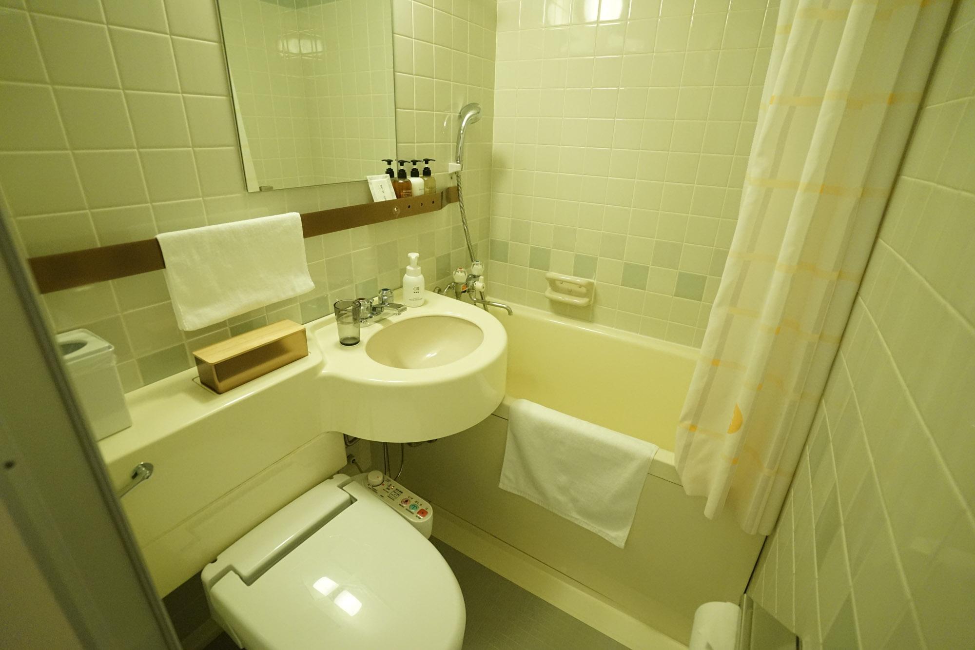 こちら、3点ユニットのバスルームです。元学生寮のレトロさを少し感じますが、清潔に保たれています。各部屋に専用のバスルームがあるのはやはり便利。