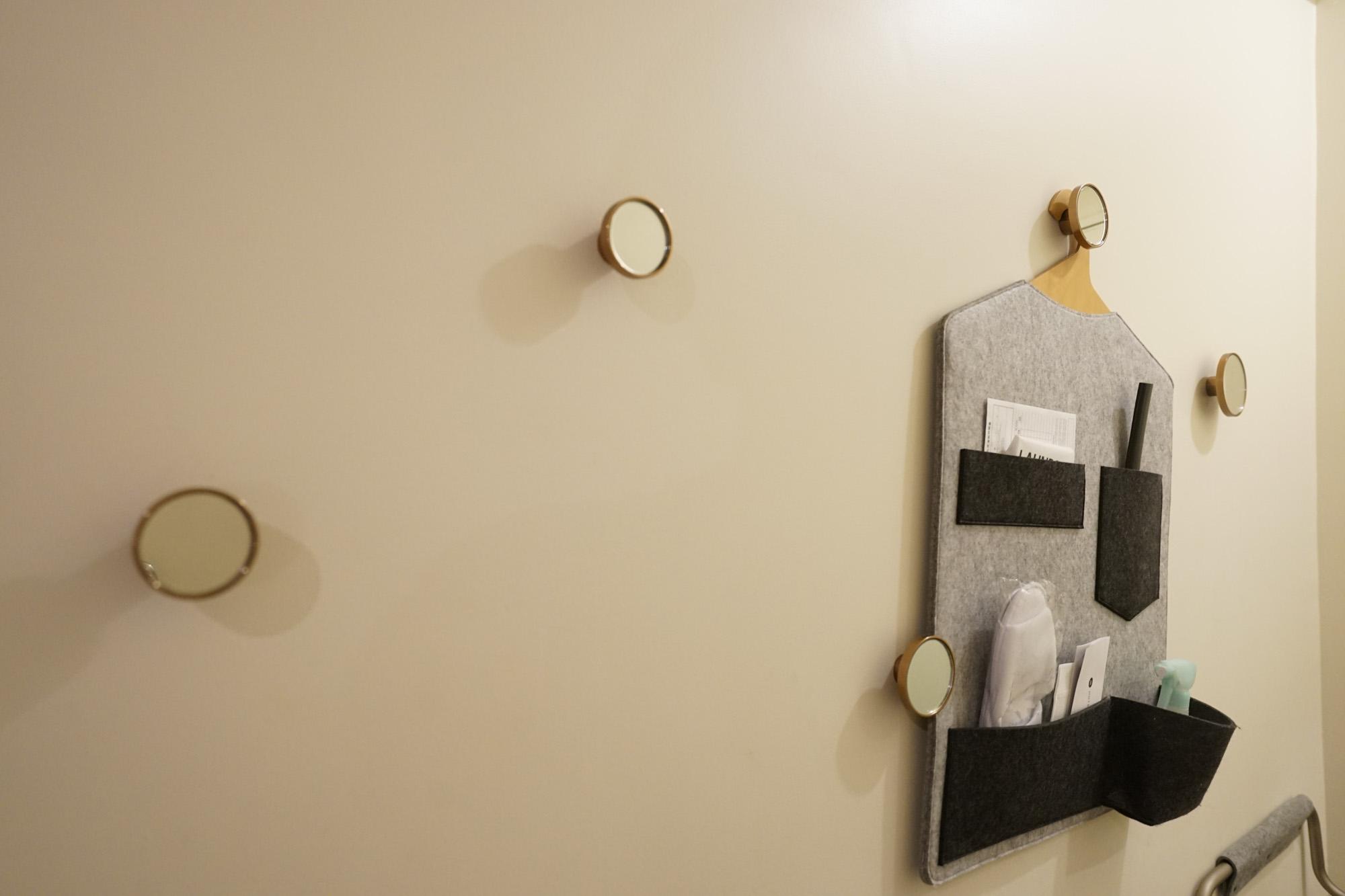 部屋入り口の壁には、遊び心あるフックもついています。