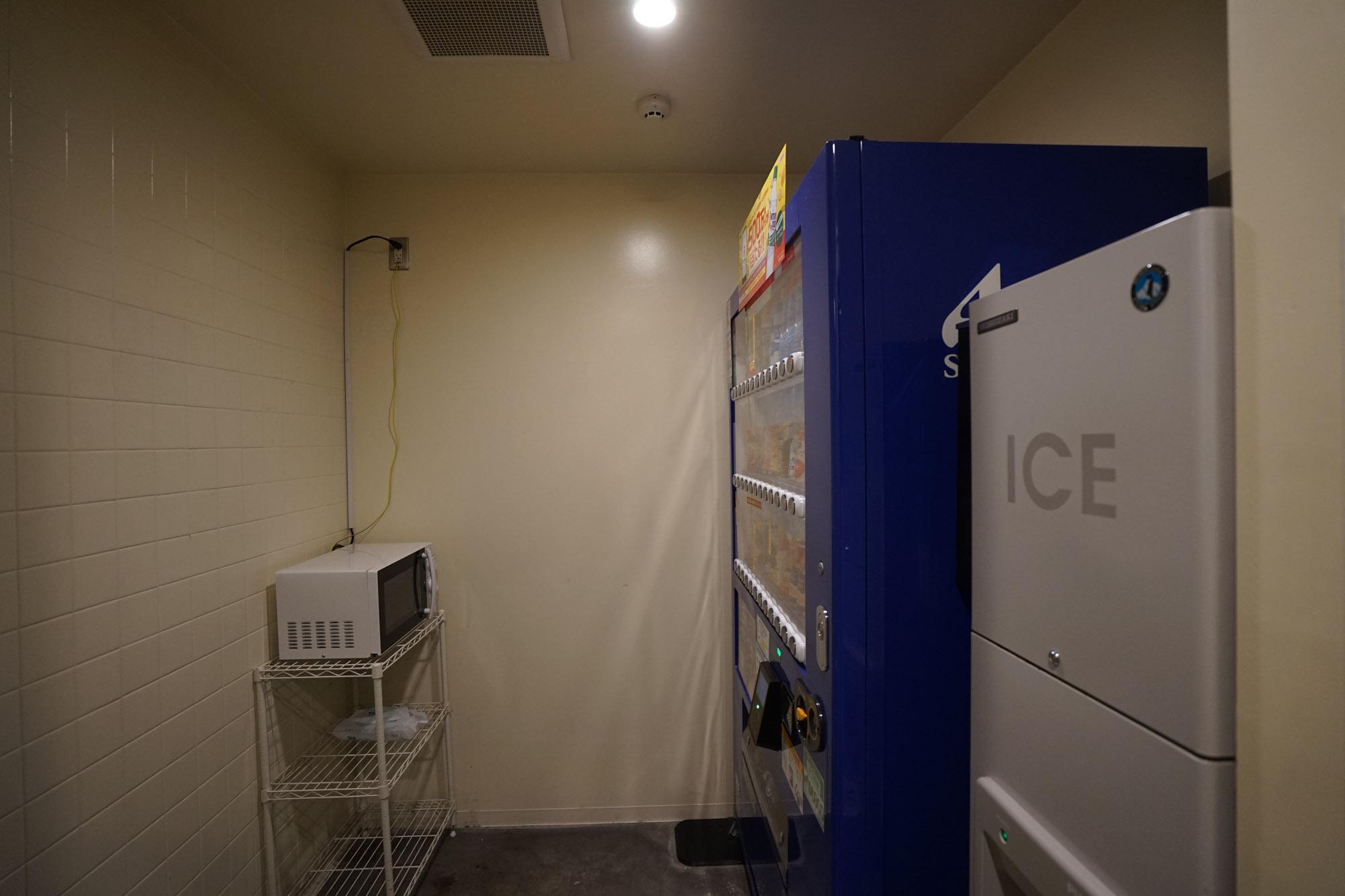 その隣に自販機コーナー。製氷機に、電子レンジも揃っているので、テイクアウトしてきて部屋で食べるときにも安心ですね。