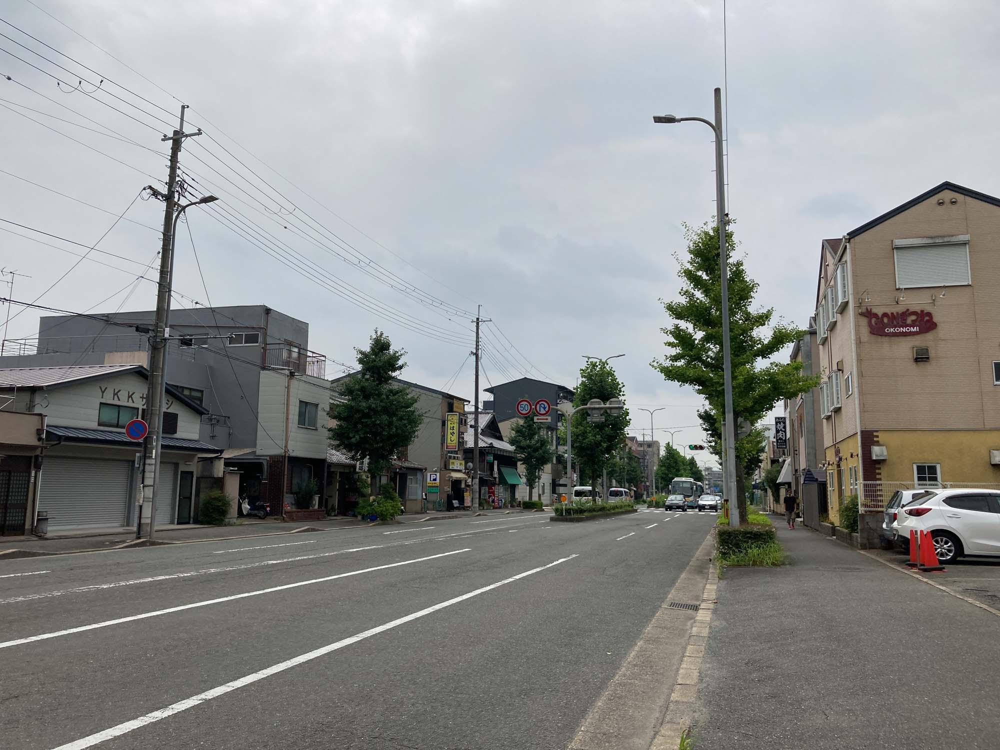 大きなマンションなどはなく、静かな印象の住宅街です。韓国料理店、焼肉店がたくさんあります。