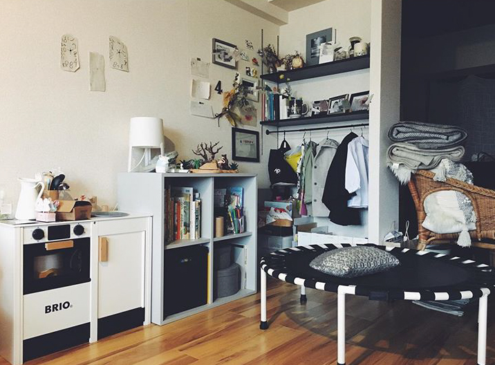 お子さんのものは、同じ場所に集まるように収納していらっしゃいます。リビングの隅につけられていた稼働棚は、下に突っ張り棒をつけてお子さん用のクローゼットに。