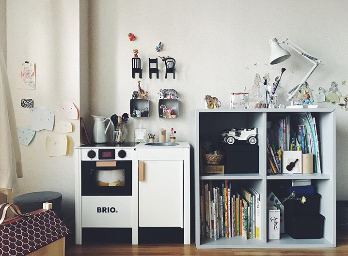 お子さん用の家具はペイントタイプのもので、右側の棚はIKEAのもの。