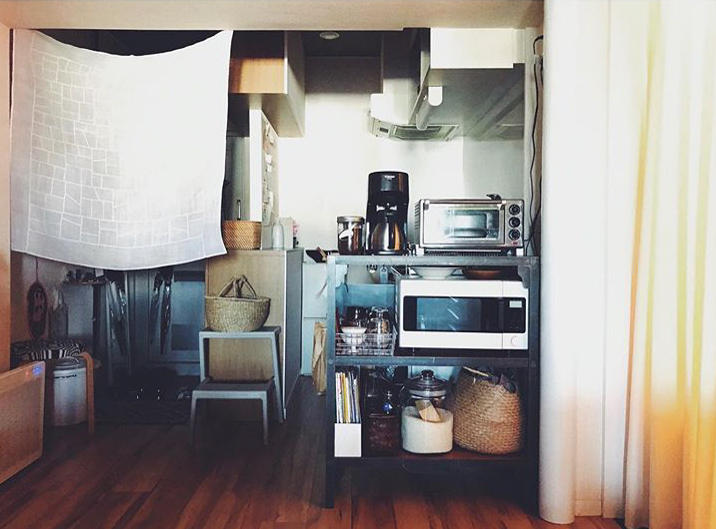 キッチンスペースとダイニングとをゆるく仕切る棚はunicoのもの。