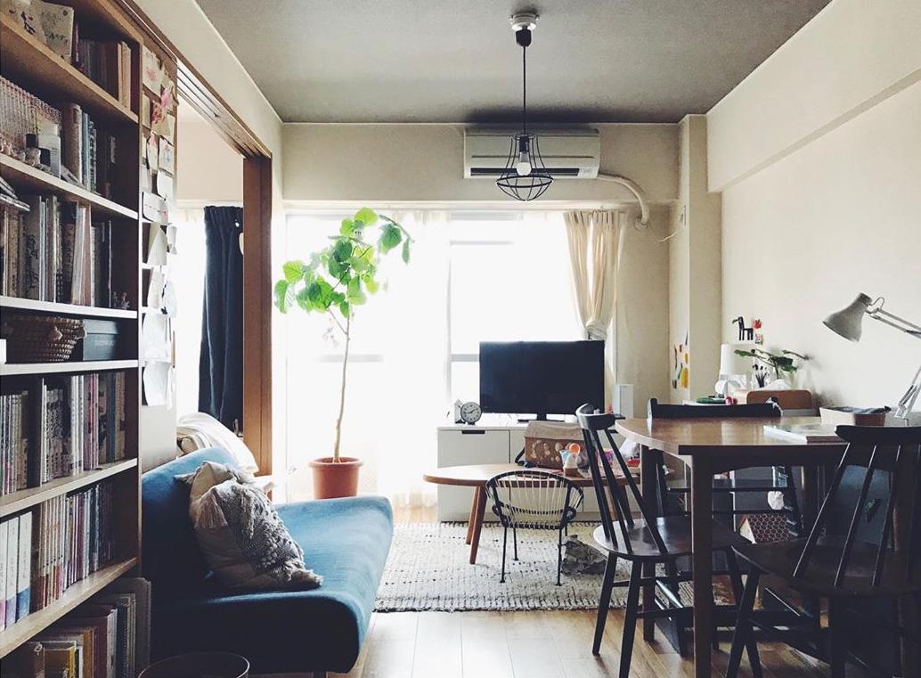 青いソファはIDEEのもの。この時はソファが本棚側、ダイニングテーブルが向かい側に。