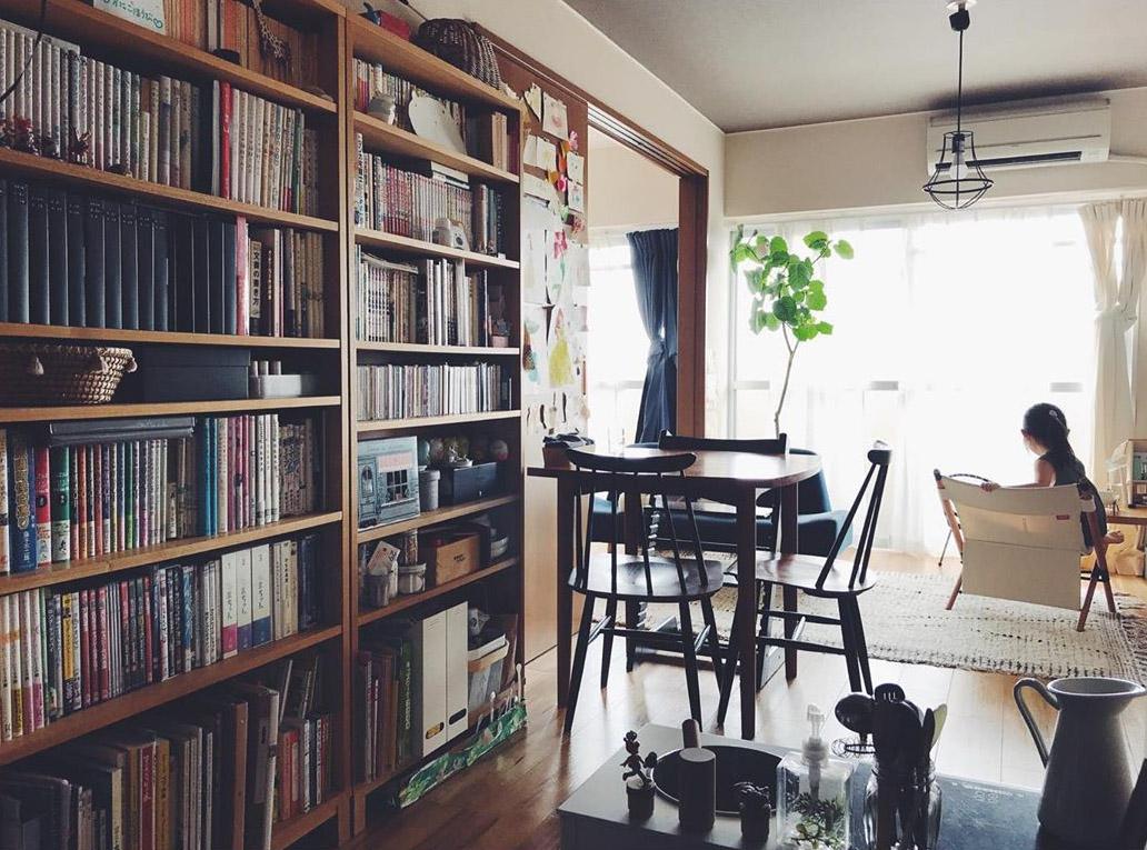 お部屋に入ってすぐの場所にある、大きな本棚がインパクト大!無印良品の「薄型ラック」を2つ並べて使っています。